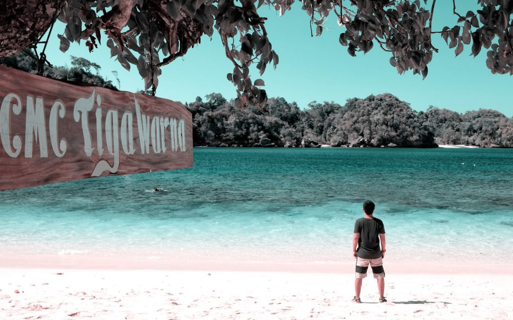 Wisata pantai tiga warna